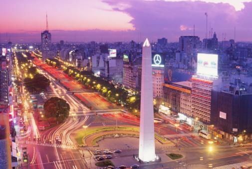 Buenos Aires「Argentina, Buenos Aires, Plaza de la Republica at dusk, elevated view」:スマホ壁紙(12)