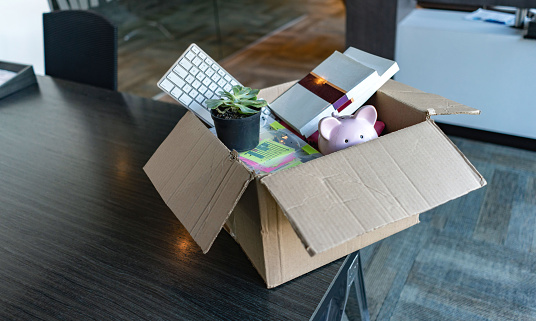 Unemployment「Moving office and packing belongings in a box」:スマホ壁紙(10)