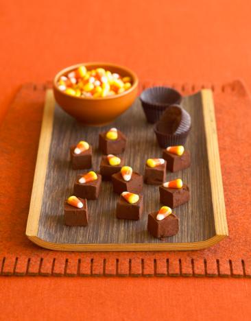 ハロウィン「Chocolates with candy corns」:スマホ壁紙(1)