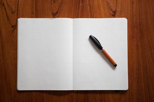 上方「Ballpen lying on opened notebook」:スマホ壁紙(11)