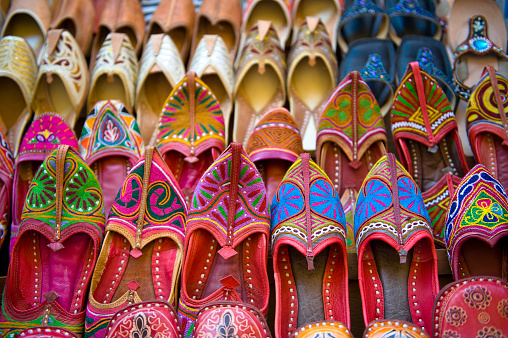 Indian Culture「Numerous colorful embroidered shoes in a souvenir shop」:スマホ壁紙(18)