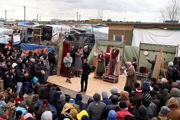 演劇「Shakespeare's Globe Actors Perform Hamlet In The Calais Jungle」:写真・画像(13)[壁紙.com]