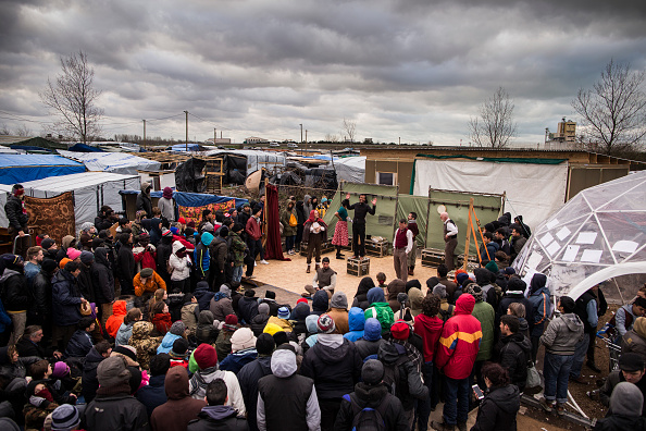 Calais「Shakespeare's Globe Actors Perform Hamlet In The Calais Jungle」:写真・画像(7)[壁紙.com]