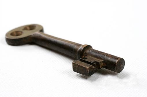 Skeleton Key「Keys to Success. Antique skeleton rusty, iron key.  Isolated white.」:スマホ壁紙(13)