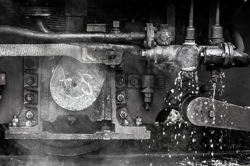 鉄道・列車「蒸気の列車のエンジンの下にクローズ アップ」:スマホ壁紙(6)