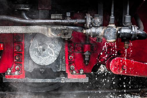 鉄道・列車「蒸気の列車のエンジンの下にクローズ アップ」:スマホ壁紙(5)
