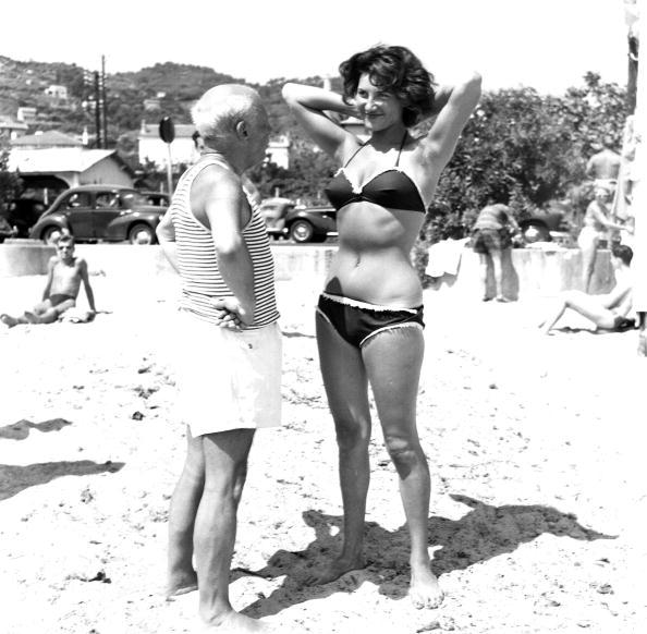 Celebrities「Picasso And Bikini-Clad Woman On The Beach」:写真・画像(19)[壁紙.com]