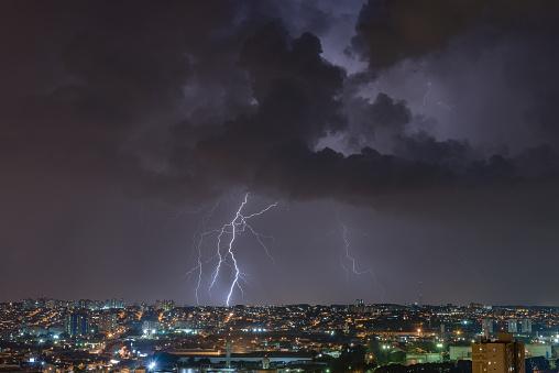 雷「Angry Cloud over the city」:スマホ壁紙(14)