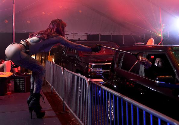Human Interest「Strip Club Offers Drive Thru Dances During Coronavirus Pandemic」:写真・画像(9)[壁紙.com]