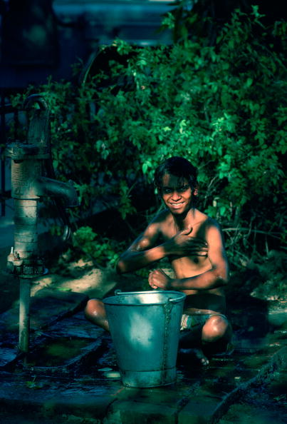 Simplicity「Boy Washing at Hand Pump, India」:写真・画像(5)[壁紙.com]