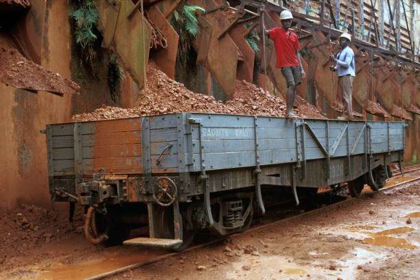 Loading Bauxite into wagons of Ghana Railways at Awaso Bauxite Mine on Friday 14th June 1985.:ニュース(壁紙.com)