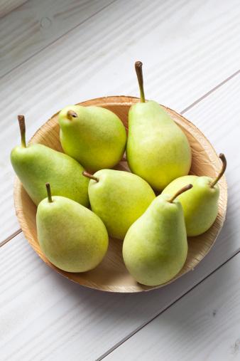 白梨「Palmleaf plate of pears (Pyrus) on white wooden table」:スマホ壁紙(11)