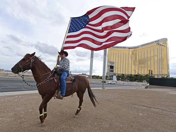 ラスベガス「Las Vegas Marks Anniversary Of 10/1 Mass Shooting That Killed 58」:写真・画像(1)[壁紙.com]