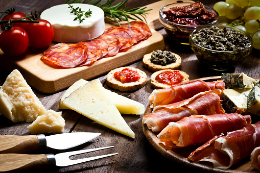 イタリア料理「Delicious appetizer on rustic wood table」:スマホ壁紙(2)