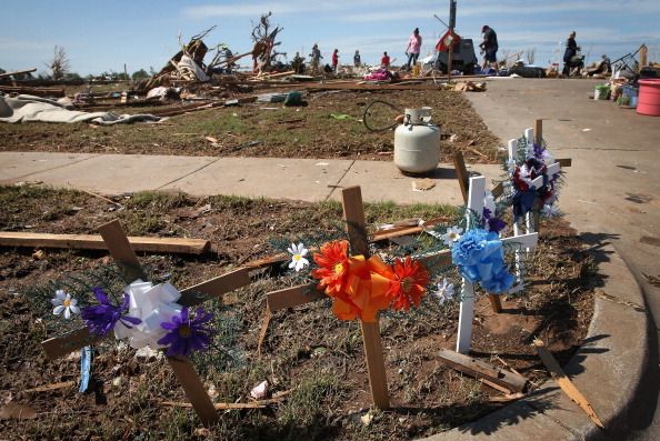 Curb「Moore Residents Begin Painful Recovery From Massive Tornado Strike」:写真・画像(8)[壁紙.com]