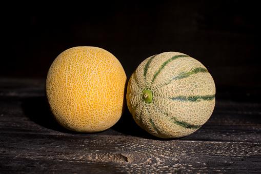 メロン「Galia and Rock melon in front of dark background」:スマホ壁紙(17)