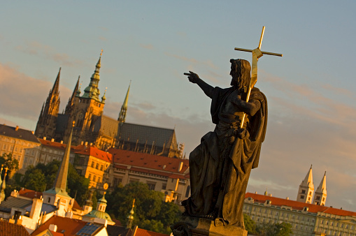 St Vitus's Cathedral「Statue with St. Vitus Cathedral in background」:スマホ壁紙(8)