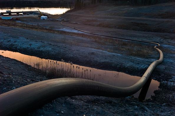 アサバスカ川「Steady Decline Of Oil Prices Take Toll On Oil Sands Dependent Economy In Fort McMurray, Canada」:写真・画像(0)[壁紙.com]
