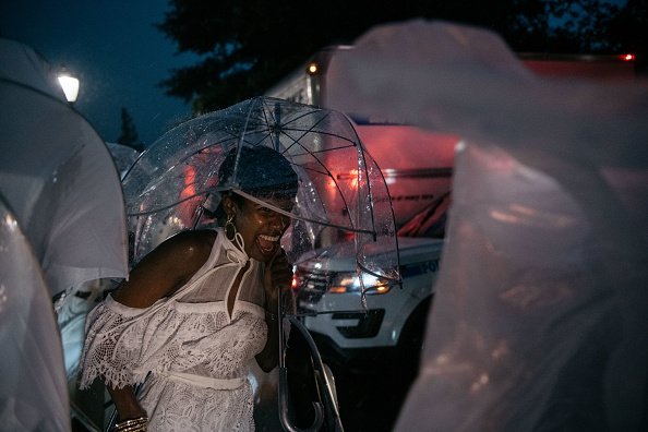"Pouring「""Diner En Blanc"" Pop-Up Culinary Event Held In New York City」:写真・画像(12)[壁紙.com]"