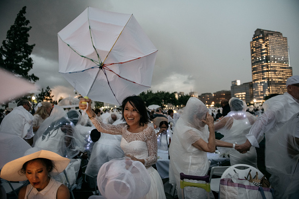 "Pouring「""Diner En Blanc"" Pop-Up Culinary Event Held In New York City」:写真・画像(11)[壁紙.com]"