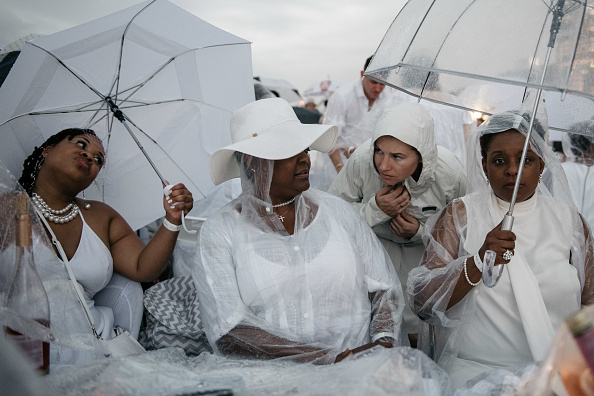 "Pouring「""Diner En Blanc"" Pop-Up Culinary Event Held In New York City」:写真・画像(10)[壁紙.com]"