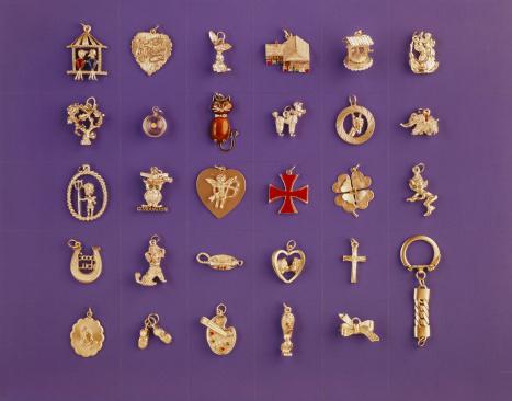 1967「Various locket on purple background」:スマホ壁紙(16)