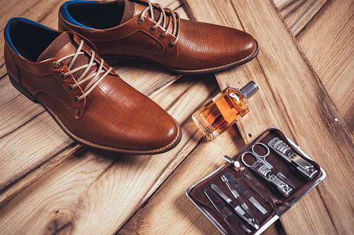 Belongings「Men's accessories organized on wooden table」:スマホ壁紙(6)