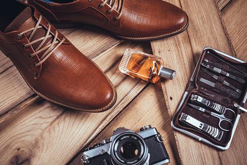 Belongings「Men's accessories organized on wooden table」:スマホ壁紙(8)