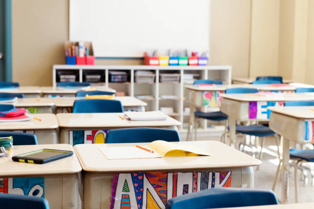 Classroom without children at the end of school named often school's out.:スマホ壁紙(壁紙.com)