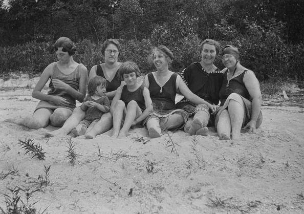 水着「Women On Sandy Beach」:写真・画像(12)[壁紙.com]