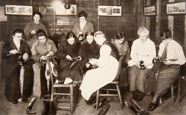スイーツ「A Group Of Women Receive A Lesson In Boot Repairing World War I circa 1914-circa 1918」:写真・画像(11)[壁紙.com]