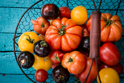 Tomato「Different heirloom tomatoes in a wire basket」:スマホ壁紙(18)