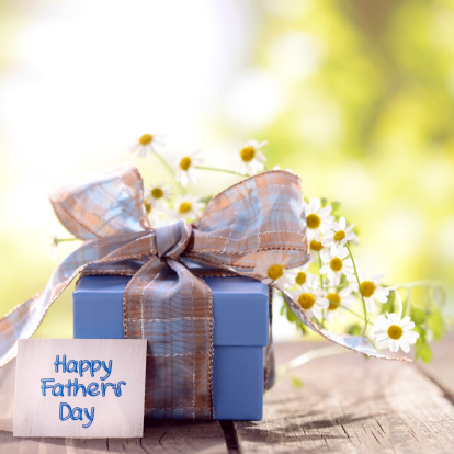 Father's Day「Gift box and daisy flowers with a fathers day card」:スマホ壁紙(8)