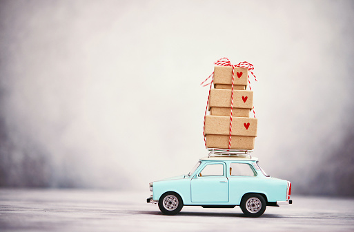 Heart「Little blue car with gift stack on roof rack」:スマホ壁紙(5)