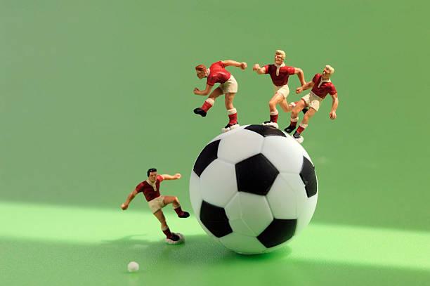Toy figurine playing football , close-up:スマホ壁紙(壁紙.com)
