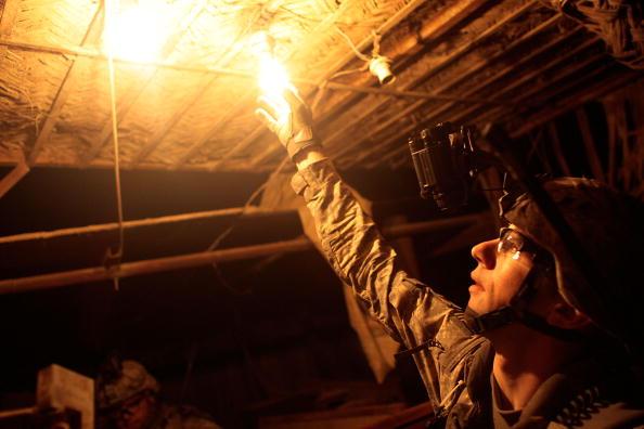 Light Bulb「U.S. Soldiers Conduct Night Patrols In Eastern Baghdad」:写真・画像(6)[壁紙.com]