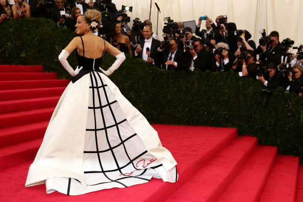 "Sarah Jessica Parker「""Charles James: Beyond Fashion"" Costume Institute Gala - Candids」:写真・画像(0)[壁紙.com]"