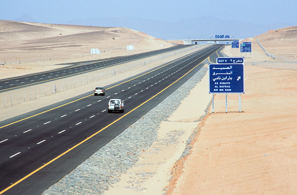 Desert「Long view - finished road in the Medina section with road signs, Saudi Arabia」:写真・画像(9)[壁紙.com]