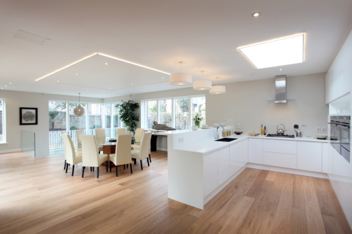 Open Plan「Modern kitchen in white with a hardwood floor」:スマホ壁紙(9)