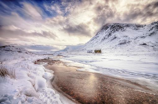 Scotland「United Kingdom, Scotland, Glencoe, Solitude, house at river in winter」:スマホ壁紙(0)