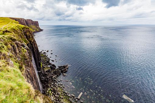 Basalt「United Kingdom, Scotland, Isle of Skye, cliff coast, Kilt Rock, waterfall」:スマホ壁紙(15)