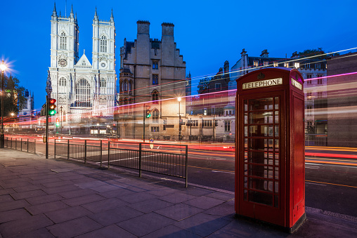 Westminster Abbey「United Kingdom, England, London, Westminster Abbey at with light trails and red telephone box in foreground」:スマホ壁紙(12)