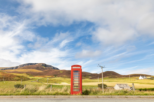 Rolling Landscape「United Kingdom, Scotland, red phone booth in the countryside on the Isle of Skye」:スマホ壁紙(15)