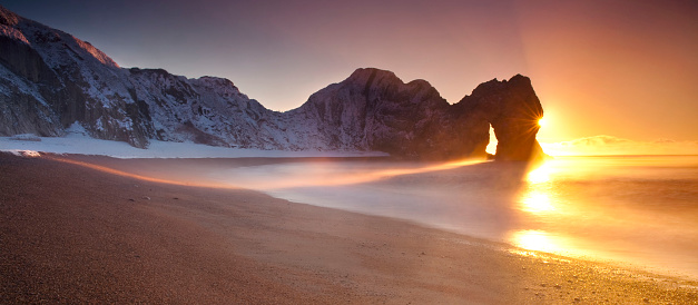 夕焼け 海「United Kingdom, England, Dorset, Durdle Door and sandy beach at sunrise」:スマホ壁紙(0)