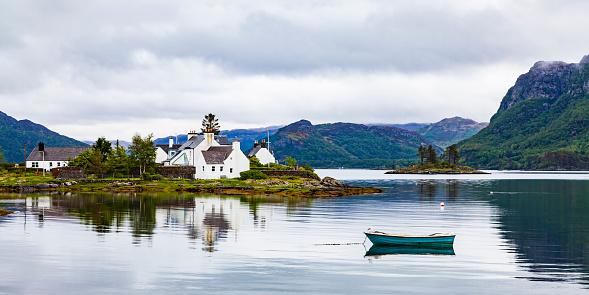 Coastal Feature「United Kingdom, Scotland, West Coast, Plockton, Loch Carron, residential houses and boat」:スマホ壁紙(1)
