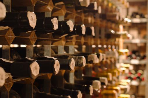Wine Bottle「United Kingdom, Bristol, old wine bottles on cellar shelves」:スマホ壁紙(12)