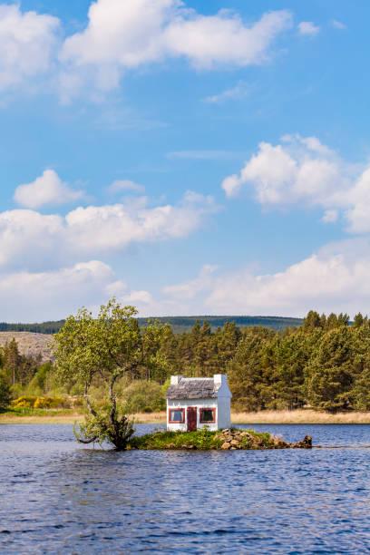 United Kingdom, Schottland, Highlands, Lairg, Loch Shin, small Island with birdhouse:スマホ壁紙(壁紙.com)