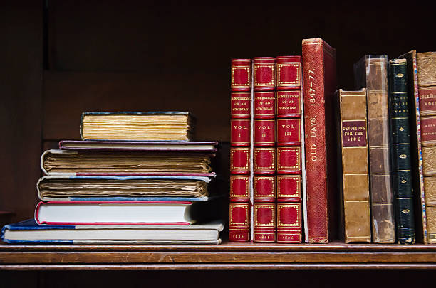 United Kingdom, Bristol, close up of antique books on shelf:スマホ壁紙(壁紙.com)