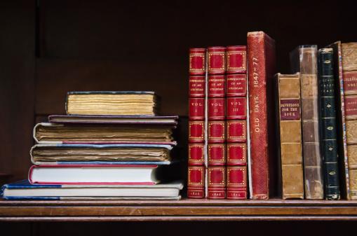 In A Row「United Kingdom, Bristol, close up of antique books on shelf」:スマホ壁紙(14)
