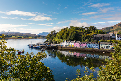 Hebrides「United Kingdom, Scotland, colorful houses in Portree, Isle of Skye」:スマホ壁紙(15)